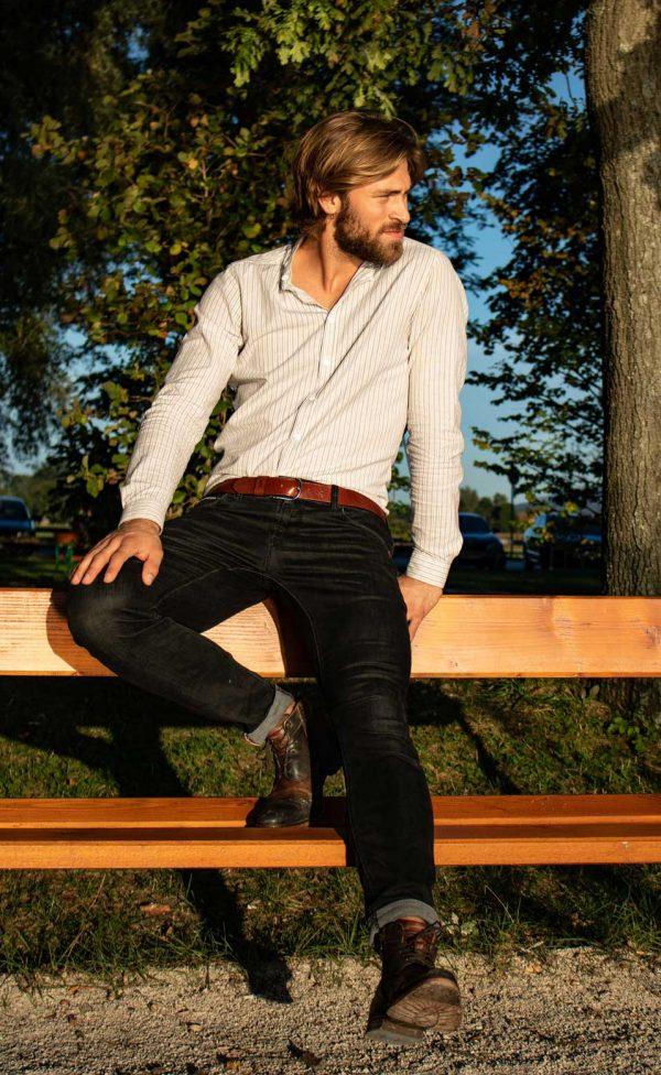 Männliches Model für Ledergürtel in der Natur